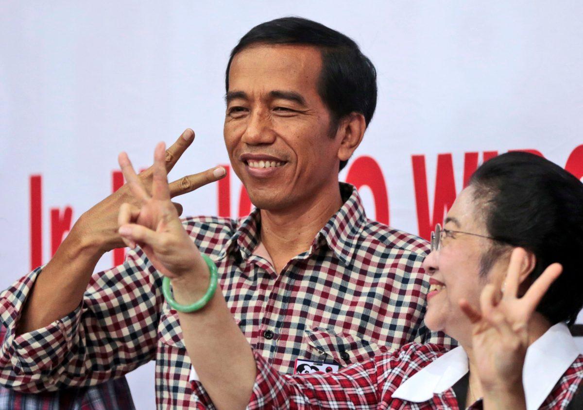 Indonesian President Joko Widodo, left, and former President Megawati Sakarnoputri in Jakarta, Indonesia, June 4, 2014. (AP Photo/Dita Alangkara)